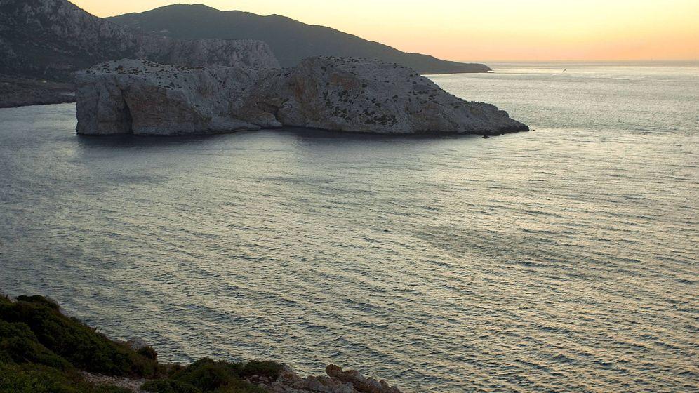 Foto: Vista del Estrecho de Gibraltar desde la costa marroquí, junto al islote de Perejil. (EFE)