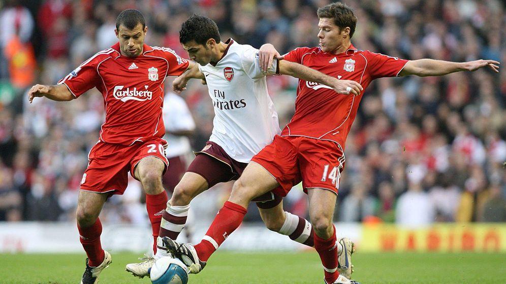 Foto: Mascherano y Xabi Alonso, ambos de rojo, tratan de robar un balón a Cesc Fàbregas (Cordon Press)