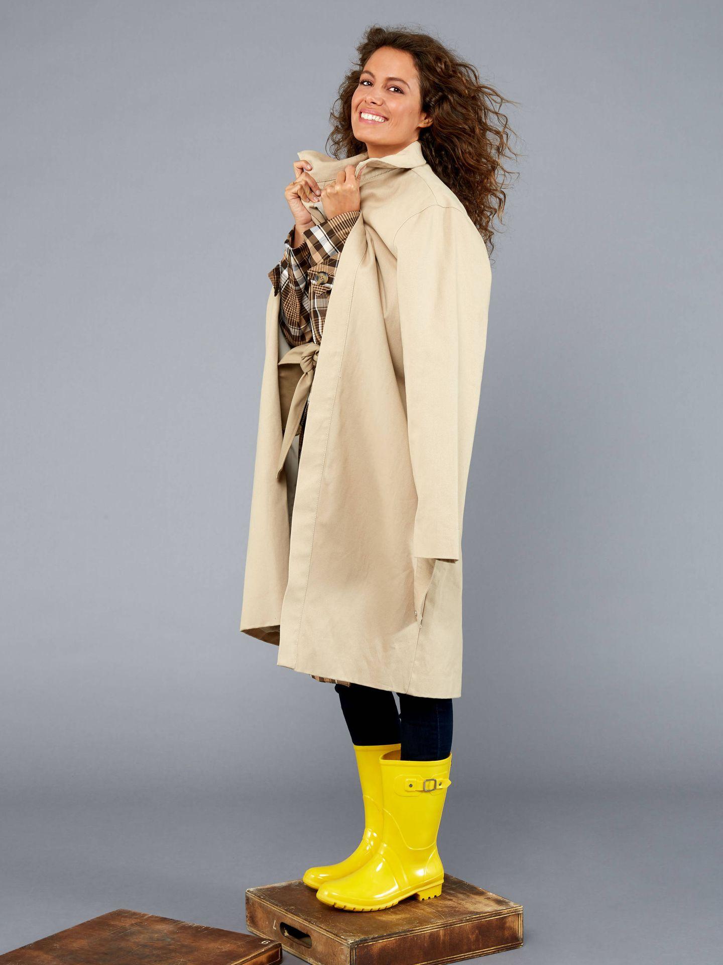 Laura Madrueño lleva gabardina cuadros y trench de Zara, jeans de Levis y botas de Igor. (Foto: Olga Moreno)