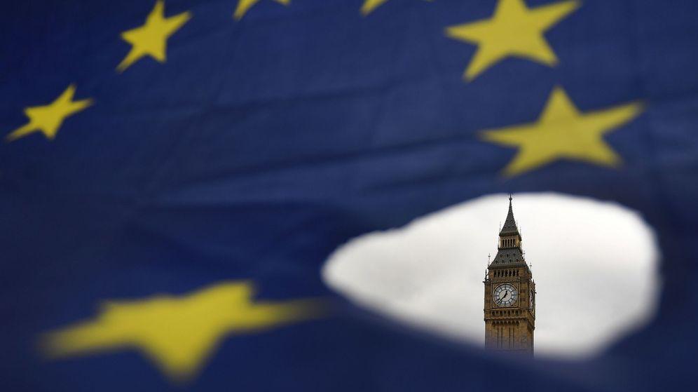 Foto: El Big Ben de Londres, rodeado por una bandera europea. (Reuters)