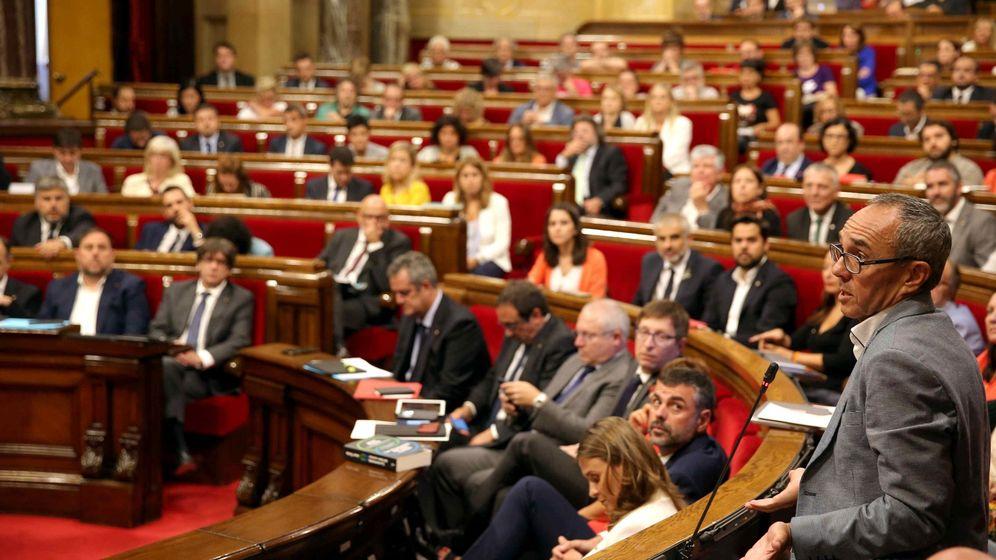 Foto: El portavoz de Catalunya Sí Que es Pot, Joan Coscubiela (d), durante su intervención este miércoles en el pleno del Parlament. (EFE)