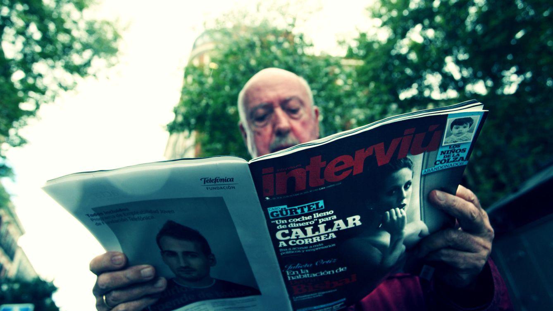 Foto: Gordillo lee un Interviú frente a la Puerta de Alcalá. (Enrique Villarino)