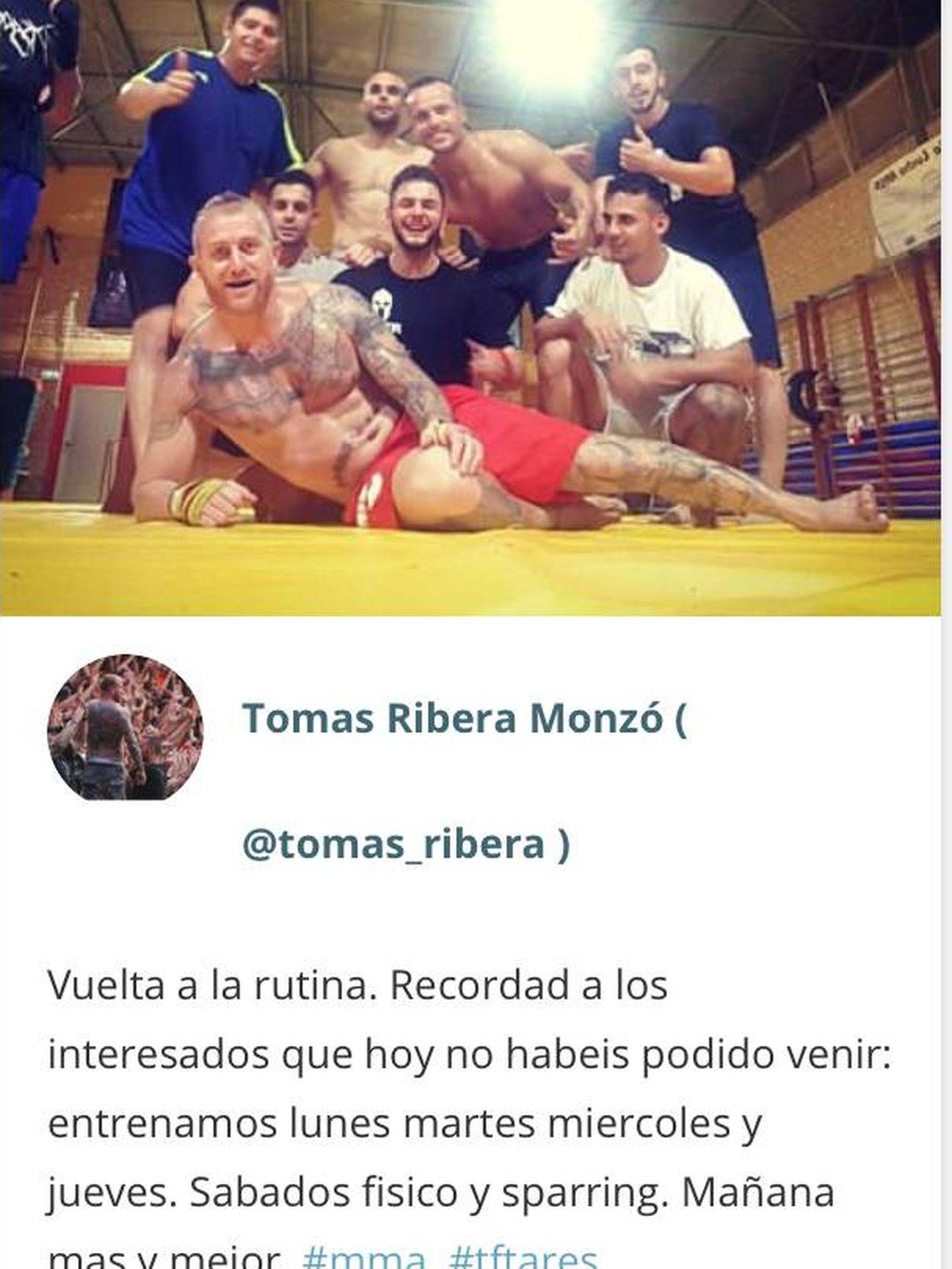 Tumbado con sus amigos de gimnasio, Tomás Ribera, uno de los líderes Yomus en Mestalla.