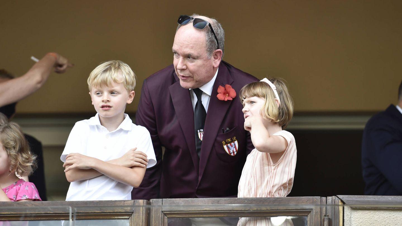 El príncipe Alberto y sus hijos, en un partido de rugby. (Getty)