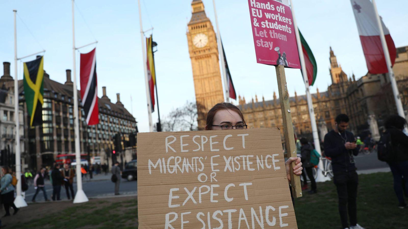Foto: Un manifestante protesta contra el Brexit y la situación de los comunitarios residentes en Reino Unido, en Londres. (Reuters)