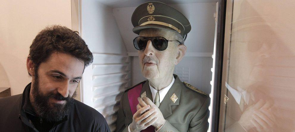 Foto: Eugenio Merino, junto a la pieza 'Always Franco', en ARCO 2012.