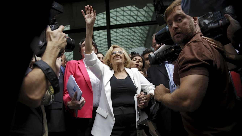 Foto: Manuela Carmena saluda después de ser investida como alcaldesa de Madrid (Reuters)