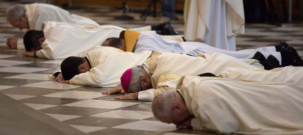 Foto: El arzobispo de Granada se postra ante el altar para pedir perdón por los abusos sexuales en la Iglesia. (Reuters)