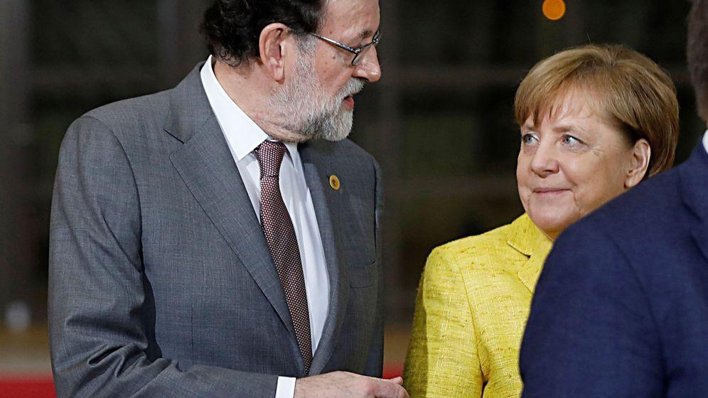 Foto: El expresidente del Gobierno Mariano Rajoy conversa con Angela Merkel en un acumbre europea. (EFE)