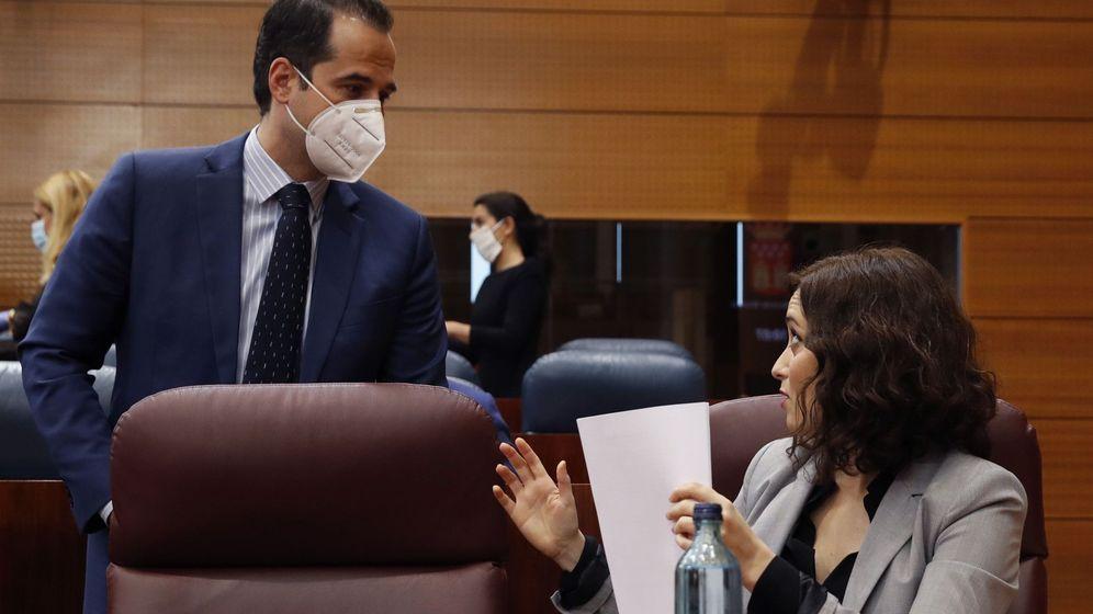 Foto: La presidenta de la Comunidad de Madrid, Isabel Díaz Ayuso (d), conversa con el vicepresidente de la Comunidad, Ignacio Aguado (i), antes del comienzo del último pleno en la Asamblea de Madrid. (EFE)