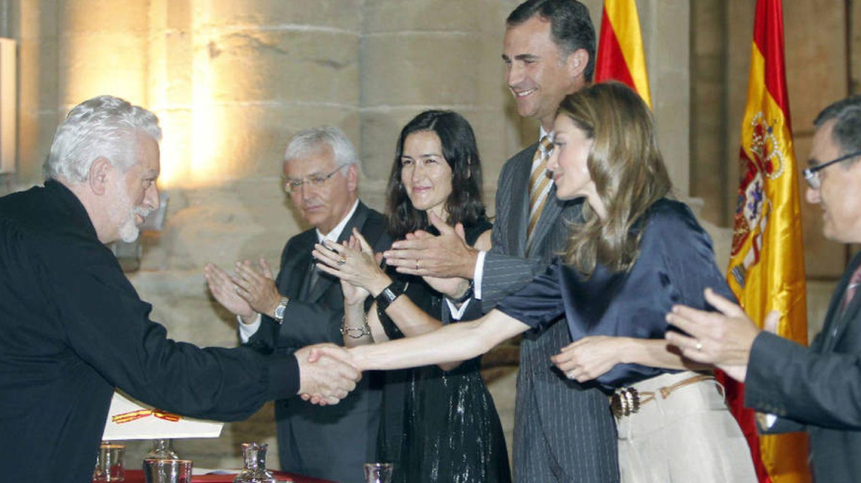 La Reina entrega el Premio Nacional de Diseño de Moda a Paco Rabanne.