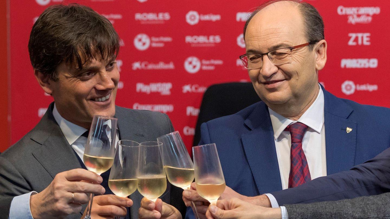 Vincenzo Montella (i) y el presidente del Sevilla FC, José Castro, brindan con champán durante la presentación. (EFE)