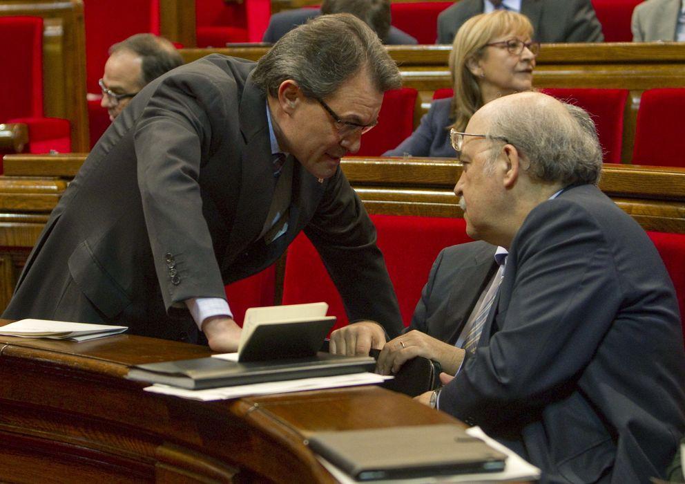 Foto: El presidente catalán, Artur Mas, conversa con el conseller de Economía, Andreu Mas-Colell (EFE)