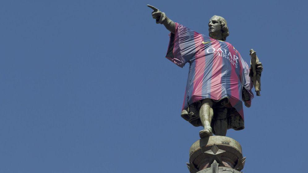 Foto: Estatua de Cristóbal Colón en Barcelona con la camiseta del Barça. (EFE)