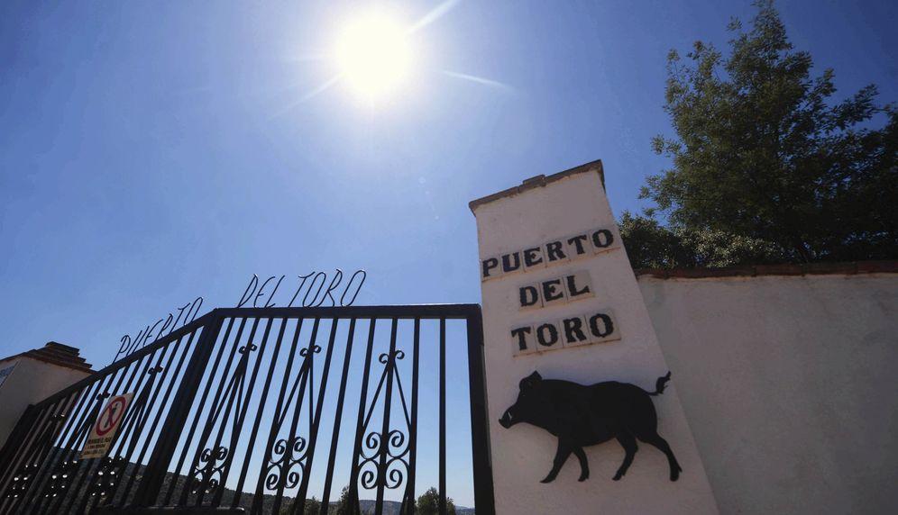 Foto: Entrada de la finca 'Puerto del Toro' donde ha aparecido muerto Miguel Blesa, propiedad de Pepe Romero. (EFE)