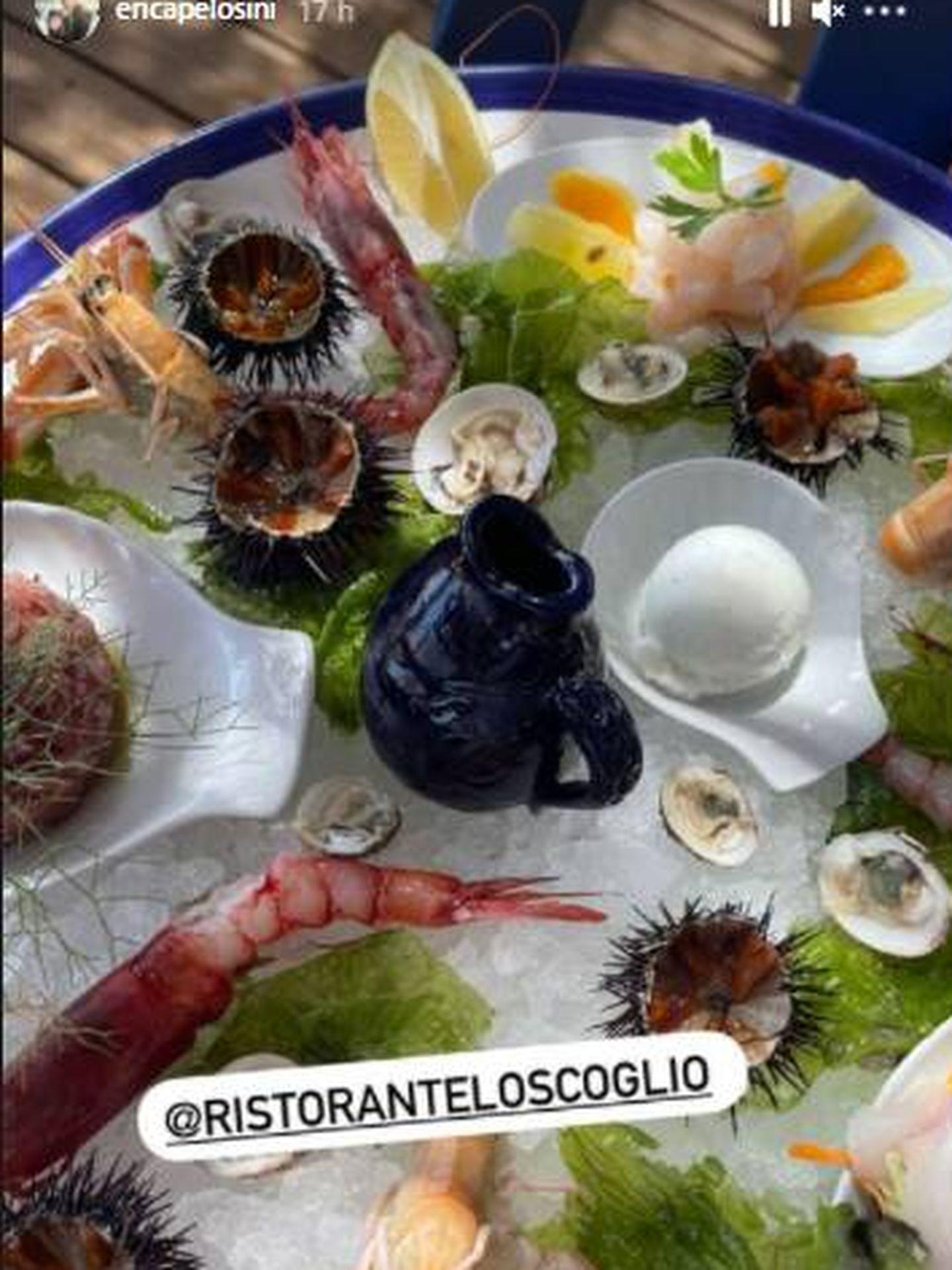 La modelo Erica Pelosini muestra una exquisita degustación de productos del mar en Capri. (IG)