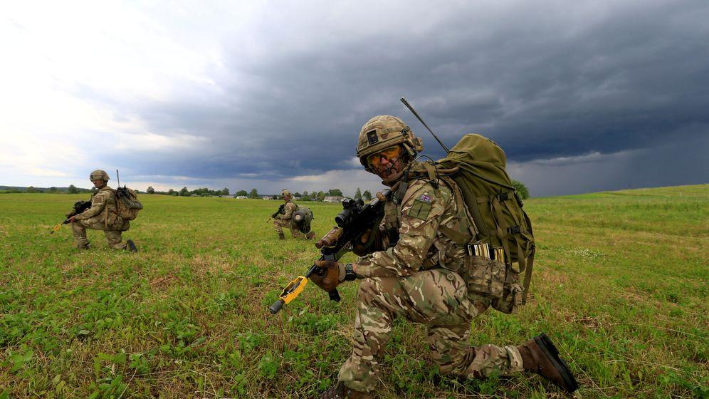 Foto: Soldados británicos toman parte en un ejercicio de defensa de la franja de Suwalki en Mikyciai, Lituania, el 17 de junio de 2017. (Reuters)