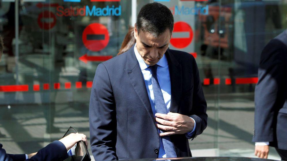 Foto: Pedro Sánchez, a su salida del hospital Puerta de Hierro. (EFE)