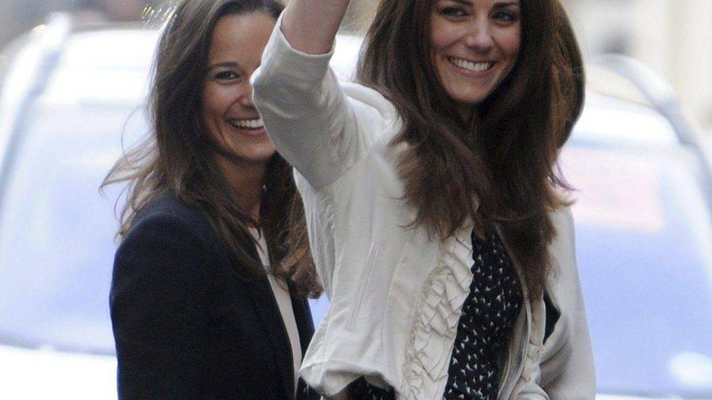 Kate Middleton y su hermana Pippa en una imagen de archivo. (EFE)