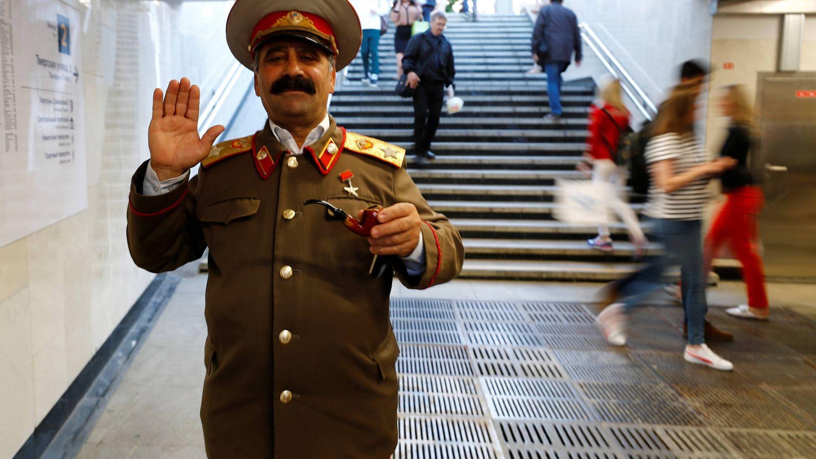 Foto: Un imitador de Stalin, durante el mundial de Rusia. (Reuters/Kai Pfaffenbach)