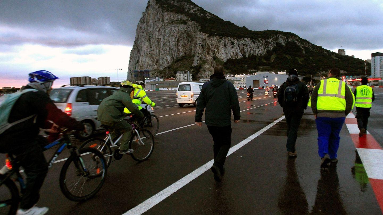 Españoles cruzan la frontera con Gibraltar para acudir a su puesto de trabajo. (EFE)