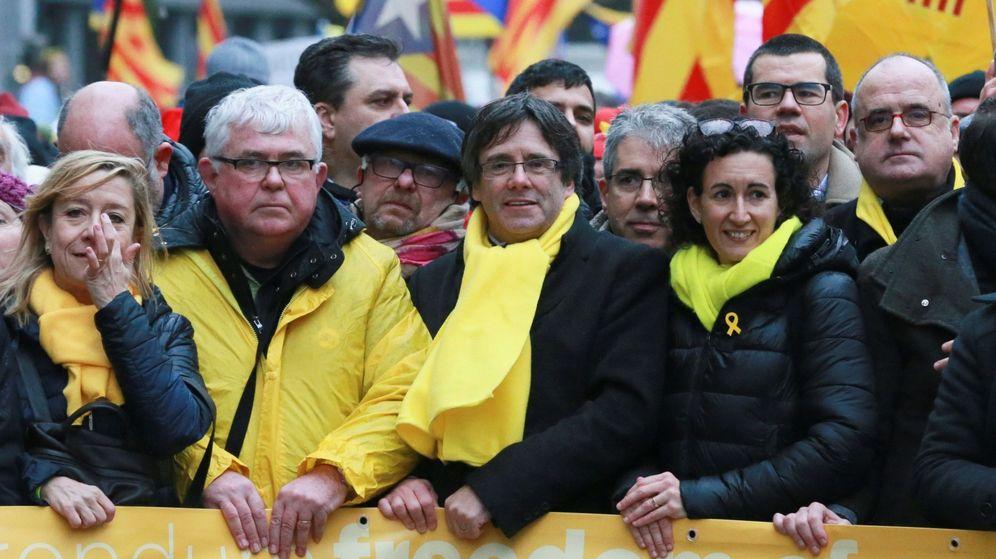 Foto: El expresidente de la Generalitat Carles Puigdemont (c) y la secretaria general de ERC, Marta Rovira (d), en una manifestación independentista en Bruselas. (EFE)