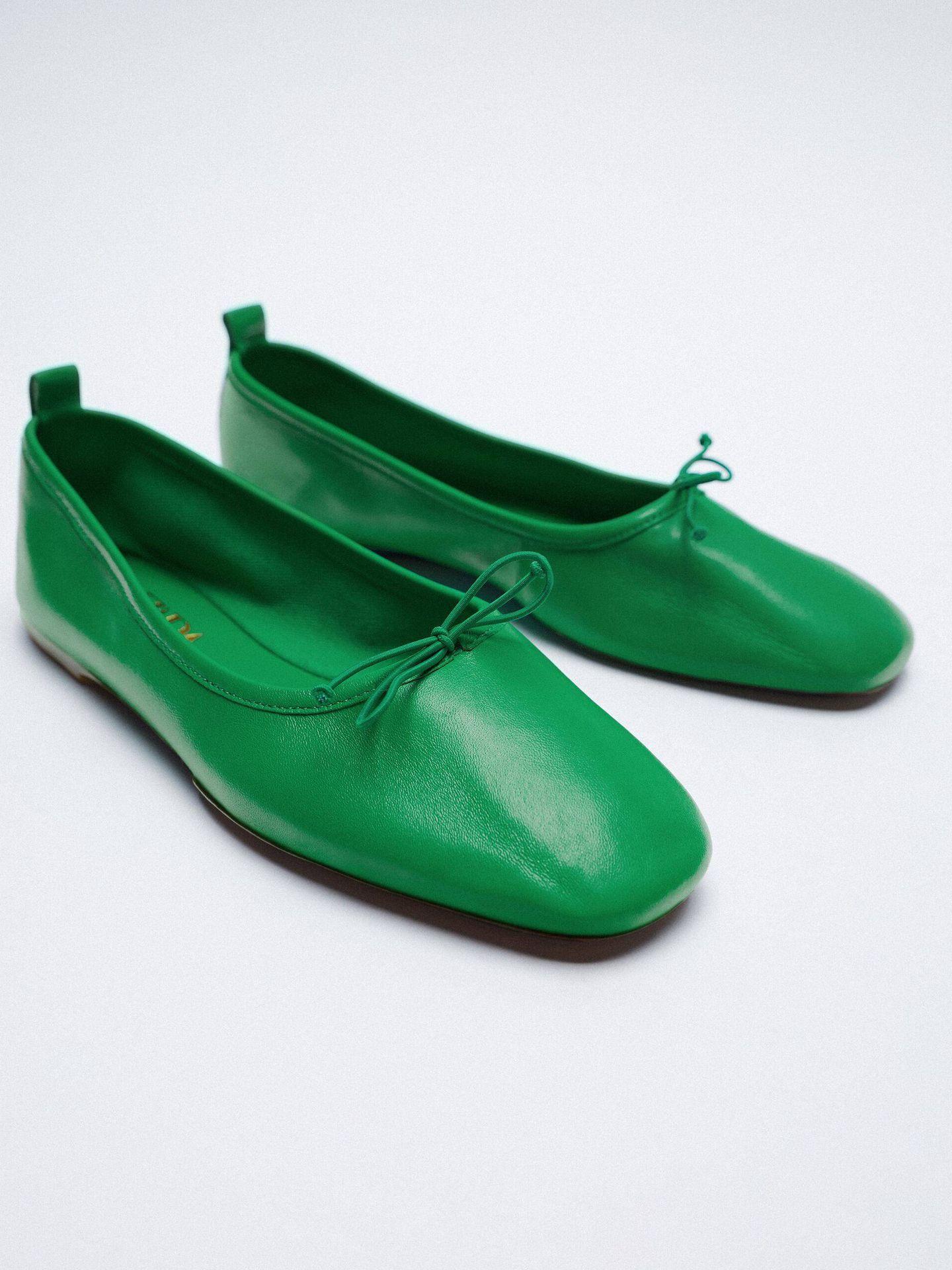 Bailarinas verde neón de Zara. (Cortesía)