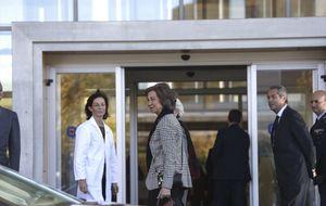 La Reina acude al hospital donde el Rey es operado de la cadera