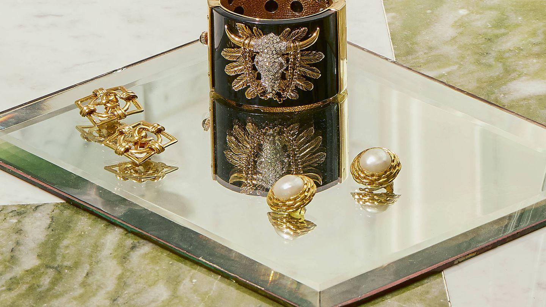 Joyas de coleccionista como los pendientes con logo o con maxiperlas, ambos de Chanel, o este brazalete de Roberto Cavalli. (Cortesía)