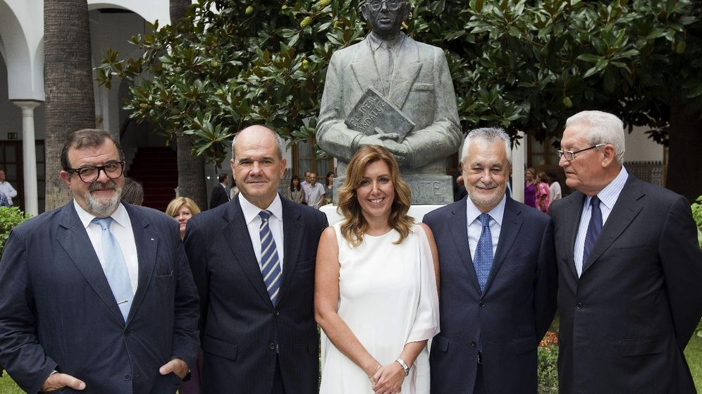 Foto: Susana Díaz con varios expresidentes de la Junta de Andalucía. Entre ellos, Chaves y Griñán. (Efe)