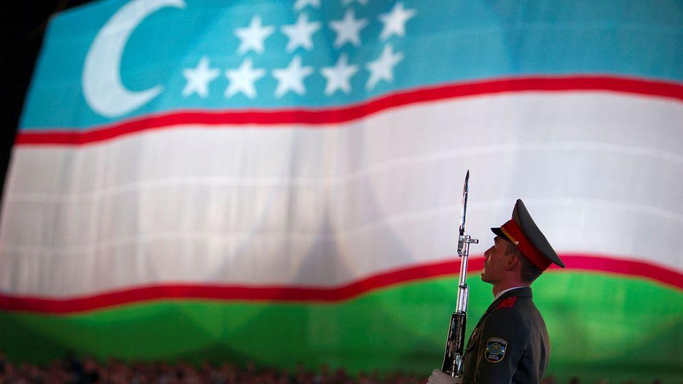 Foto: Un soldado frente a la bandera de Uzbekistán durante la celebración del Día de la Independencia. (Reuters)