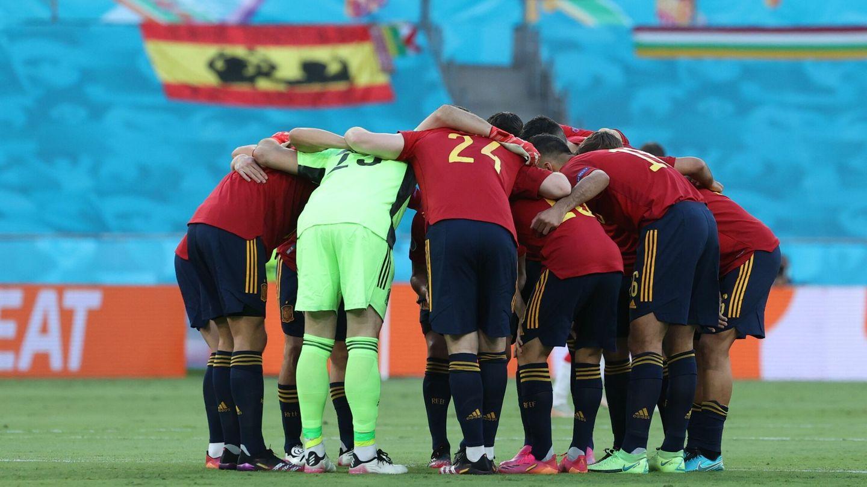 Los jugadores de la Selección se abrazan antes del encuentro. (EFE)