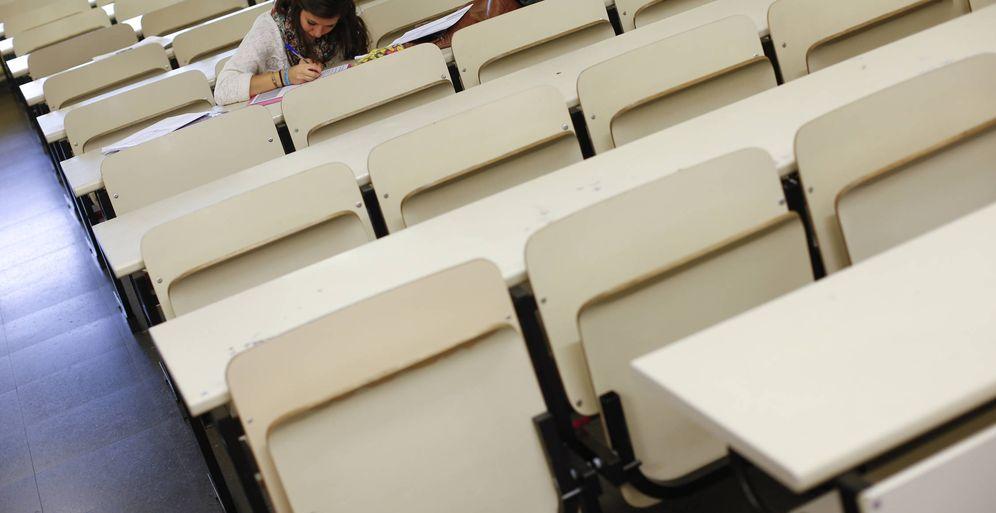 Foto: Marie Lassalle, una erasmus francesa, realiza un examen en la Complutense. (Reuters)