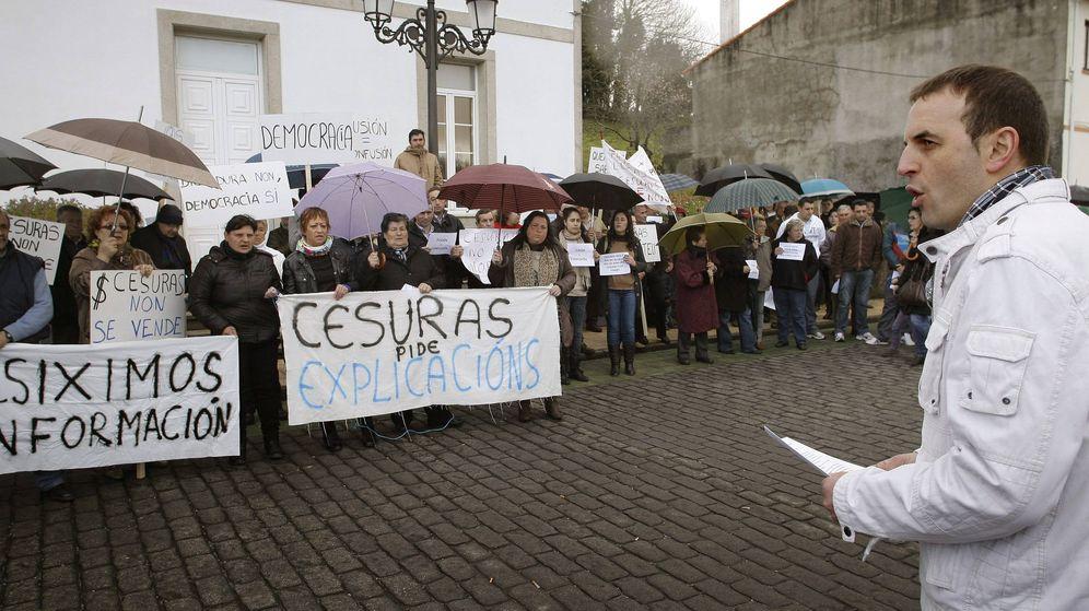Foto: Protesta por la fusión de Oza dos Ríos y Cesuras en 2012. (EFE)