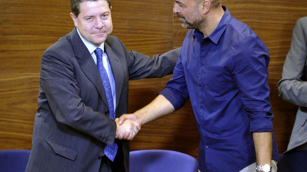 Foto: Los secretarios regionales del PSOE y Podemos, Emiliano García-Page y José García Molina, sellan el acuerdo. (Efe)