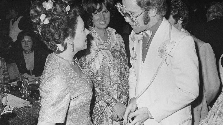 La princesa Margarita, hablando con Elton John en una imagen de 1974. (Getty)