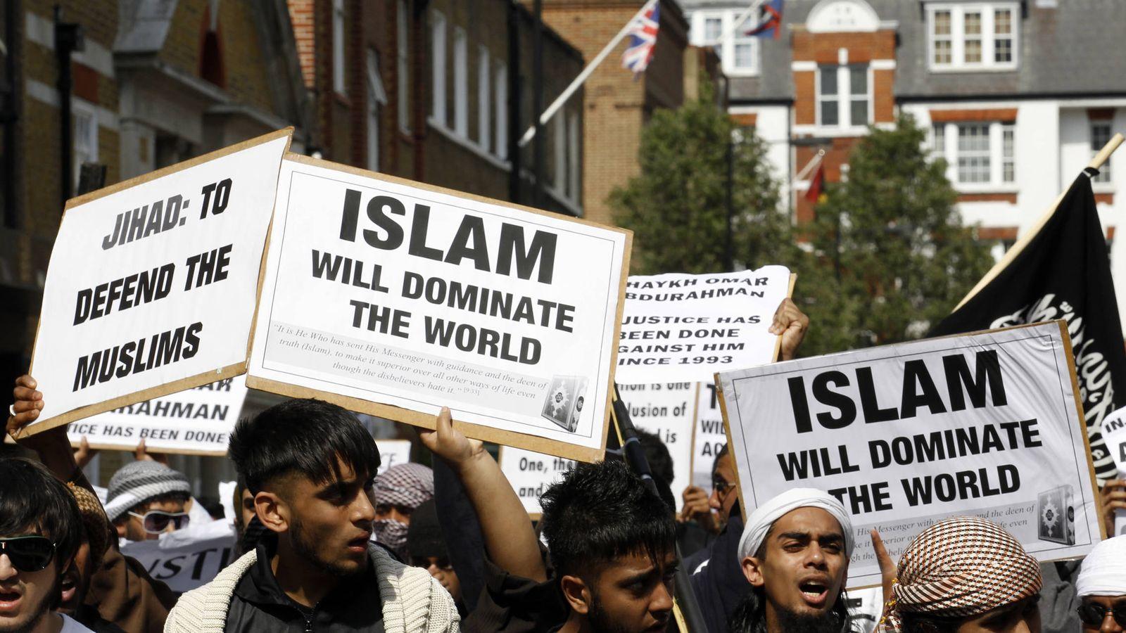 Foto: Musulmanes radicales londinenses durante una marcha hacia la embajada de EEUU en Londres. (Reuters)