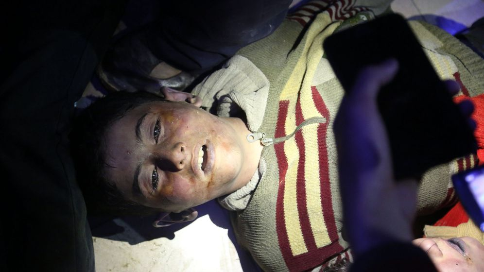 Foto: Un niño muerto tras el supuesto ataque químico en Duma. (EFE)