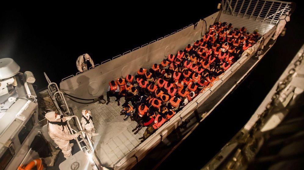 Foto: Un momento del rescate en alta mar por parte del Aquarius a personas en pateras.