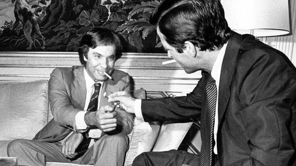 Foto: Felipe González y Adolfo Suárez, durante una reunión en la Moncloa en 1977. (EFE)