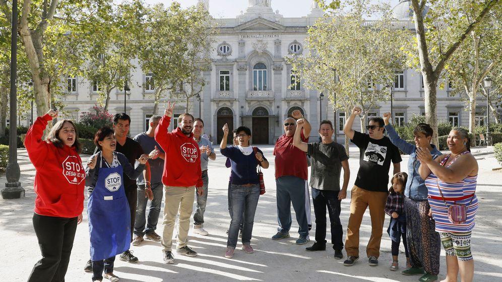 Foto: Miembros de la Plataforma de Afectados por la Hipoteca (PAH) ante el Tribunal Supremo. (EFE)