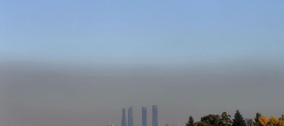 Foto: Vista de Madrid con el parque empresarial de las Cuatro Torres, en el Paseo de la Castellana, y el cielo oscurecido por la contaminación en la ciudad. (EFE)