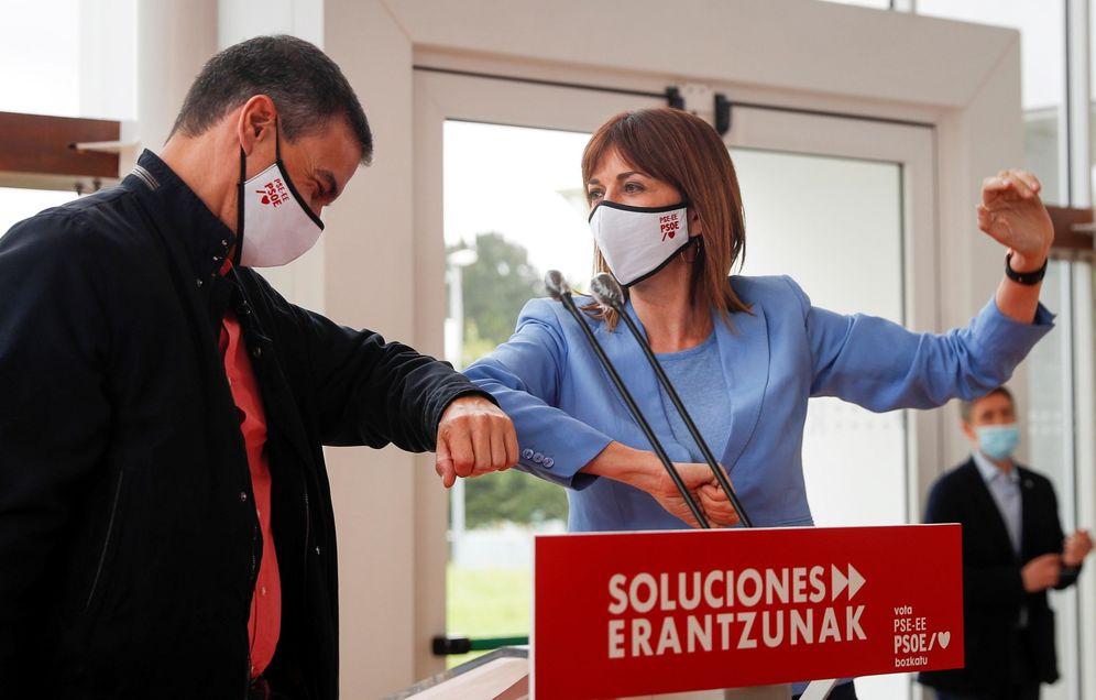 Foto: Pedro Sánchez arropa a Idoia Mendía, candidata y líder del PSE, este 28 de junio en San Sebastián. (EFE)