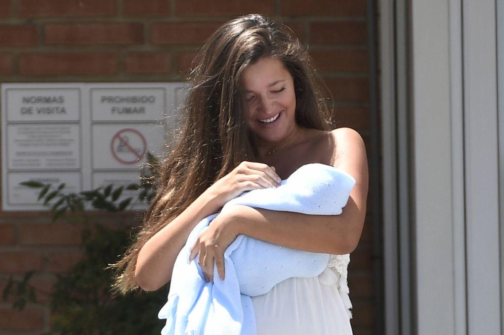 Foto: Malena Costa y su hijo a la salida del hospital. (Gtres)