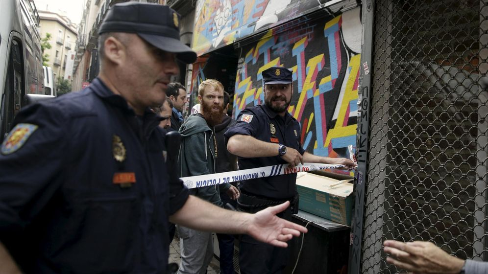 Foto: Un Policía Nacional en la primera sede de Patio Maravillas. (Reuters)