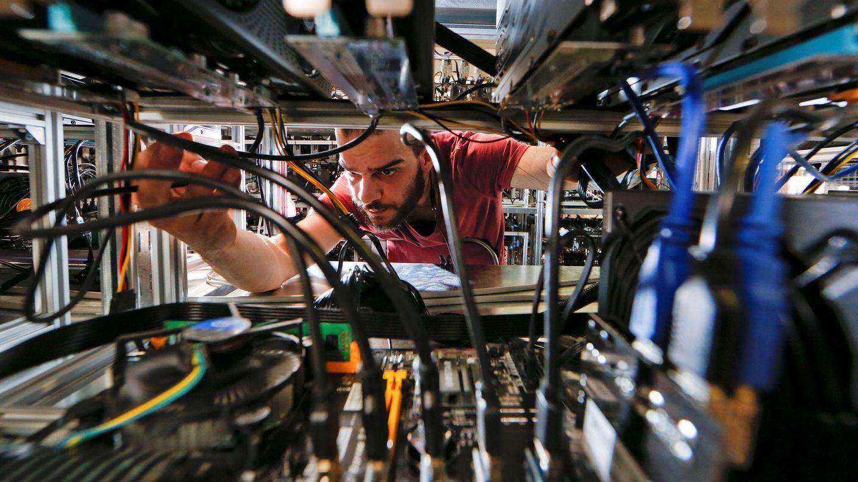 Un minoro de bitcoins en una fábrica de Bitminer en Florencia (Italia). (Reuters)