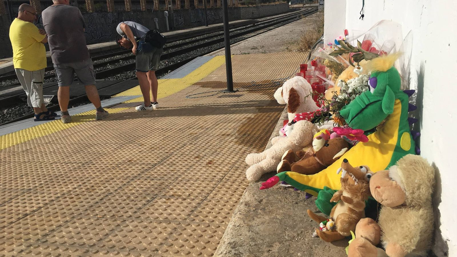 Foto: Recuerdos para la niña Lucía en la estación de Pizarra. (Agustín Rivera)