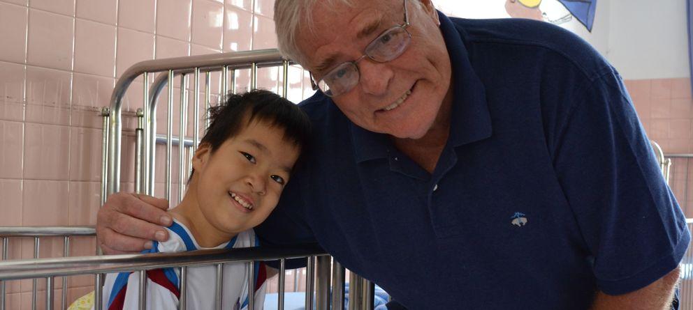 Foto: El veterano de guerra estadounidense Jeffrey Nielsen, posa junto a un niño discapacitado en el hospital de Tu Du en Ciudad Ho Chi Minh. (Eric San Juan)