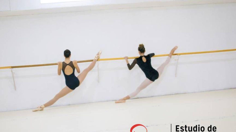 Dos alumnas ensayan en la barra en la escuela Pasión Dance.
