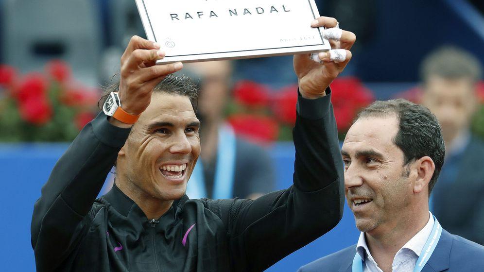 Foto: Nadal recibió una placa con el nuevo nombre de la pista central del Real Club de Tenis de Barcelona-1899. (EFE)